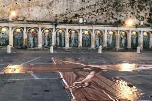 Piazza con crocifisso